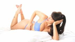 Seksowna kobieta używa telefon komórkowego w jej sypialni zdjęcie wideo