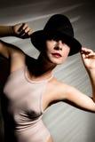 Seksowna kobieta w beżowym czarnym kapeluszu w cienia lampasie i swimsuit Zdjęcia Royalty Free