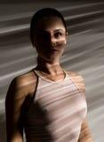Seksowna kobieta w beżowym swimsuit w cienia lampasie Obraz Royalty Free