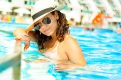 Seksowna kobieta w bikini cieszy się gorącego letniego dzień w intymnym basenie Obraz Royalty Free