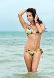 Seksowna kobieta w bikini kolanie głęboko w morzu obraz stock
