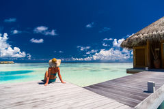 Seksowna kobieta w bikini na plaży, lato podróży wakacyjny tło w Maldives Fotografia Royalty Free