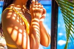 Seksowna kobieta w bikini swimsuit z artystycznym drzewko palmowe li?cia cienia wzorem na ciele obraz stock