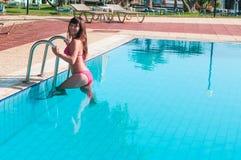 Seksowna kobieta w bikini wydostawał się od basenu fotografia royalty free