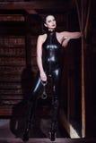 Seksowna kobieta w catsuit mienia kajdankach Zdjęcia Royalty Free