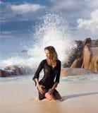 Seksowna kobieta w czerni koronce, pluśnięcia tło przy tropikalną plażą Obraz Stock