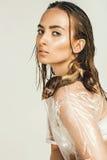Seksowna kobieta w mokrym przejrzystym wierzchołku z ślimaczkami Zdjęcia Royalty Free