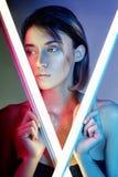 Seksowna kobieta w neonowym świetle w bieliźnie Neonowi światła i świecenie światło na dziewczynach stawiają czoło Naga kobieta w Obrazy Stock
