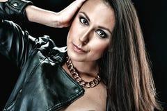 Seksowna kobieta w skórzanej kurtce z akcesoriami Fotografia Royalty Free