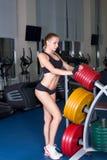 Seksowna kobieta w sprawność fizyczna klubie Zdjęcia Royalty Free