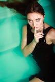 Seksowna kobieta w wodzie z palcowym cisza znakiem zdjęcie stock