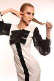 Seksowna kobieta z blondynem w eleganckiej czarny i biały sukni Fotografia Royalty Free