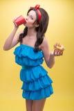 Seksowna kobieta z cukierkami Zdjęcie Royalty Free