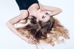 Seksowna kobieta z długie włosy odosobnionym na bielu seksowna kobieta doskonalić makeup na ładnej twarzy zdjęcie royalty free