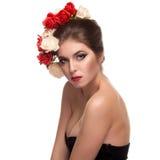 Seksowna kobieta z kwiatami w ona kierownicza Zdjęcia Royalty Free