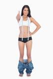 Seksowna kobieta z zbyt dużymi spodniami na jej kostek aprobatach Zdjęcia Royalty Free