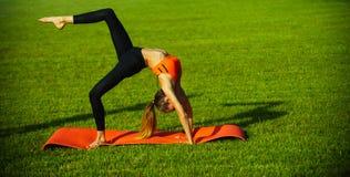 Seksowna kobiety atleta robi joga ćwiczeniom, aktywność fotografia stock