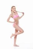 Seksowna młoda blond dziewczyny moda pozuje w różowym bikini. obrazy royalty free