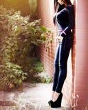 Seksowna młoda dziewczyna pozuje modę plenerową Fotografia Royalty Free