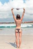Seksowna młoda kobieta bez stanika na tropikalnej plaży Bali wyspa Bikini dziewczyny wolności pojęcie Indonezja Obraz Royalty Free