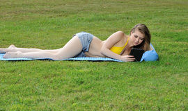 Seksowna młoda kobieta kłaść out w bikini skrótach i wierzchołku Obraz Stock