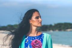 Seksowna młoda kobieta pozuje na tropikalnej plaży Bali wyspa, Indonezja asia obraz royalty free
