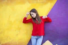Seksowna młoda kobieta przeciw tłu żółta ściana, Obraz Stock