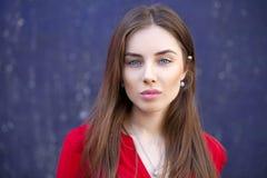 Seksowna młoda kobieta przeciw tłu zmrok, - błękit ściana Obraz Royalty Free