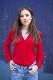 Seksowna młoda kobieta przeciw tłu zmrok, - błękit ściana Zdjęcia Stock