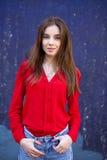 Seksowna młoda kobieta przeciw tłu zmrok, - błękit ściana Zdjęcie Royalty Free