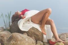 Seksowna młoda kobieta target641_0_ na kamieniu obraz royalty free