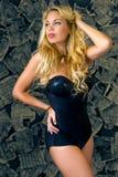 Seksowna młoda kobieta z luźnym długim blondynem obraz stock