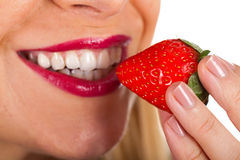 Seksowna młodej kobiety łasowania truskawka Fotografia Stock