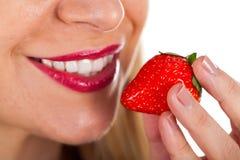 Seksowna młodej kobiety łasowania truskawka Zdjęcie Stock