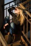 Seksowna młoda dziewczyna na schodkach Obrazy Royalty Free