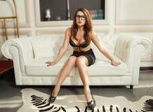 Seksowna młoda dziewczyna w staniku i spódnicie Fotografia Royalty Free
