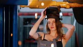 Seksowna mechanik dziewczyna stawia dalej hełm zdjęcie wideo
