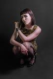 Seksowna militarna dziewczyna w skulonej pozyci Zdjęcie Royalty Free