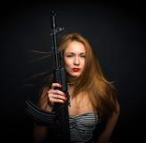 Seksowna moda splendoru kobieta trzyma up jej broń karabin szturmowego g Obrazy Stock