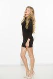 Seksowna modna kędzierzawa blondynka z jaskrawym makeup Plciowego arousal dziewczyna w krótkiej sukni Na białym tle fotografia royalty free