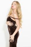 Seksowna modna kędzierzawa blondynka z jaskrawym makeup Plciowego arousal dziewczyna w krótkiej sukni Na białym tle fotografia stock