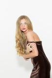 Seksowna modna kędzierzawa blondynka z jaskrawym makeup Plciowego arousal dziewczyna w krótkiej sukni Na białym tle zdjęcie stock