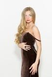 Seksowna modna kędzierzawa blondynka z jaskrawym makeup Plciowego arousal dziewczyna w krótkiej sukni pojedynczy białe tło obraz stock