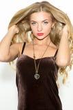 Seksowna modna kędzierzawa blondynka z jaskrawym makeup Plciowego arousal dziewczyna w krótkiej sukni pojedynczy białe tło fotografia stock