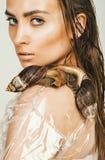Seksowna mokra kobieta z ślimaczkami na ramieniu Fotografia Stock