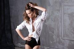 Seksowna namiętna kobieta z kędzierzawym włosy fotografia stock