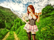 Seksowna oktoberfest piękna kobieta z trzy piwnymi kubkami Obrazy Stock