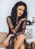 Seksowna piękna brunetki kobieta w czerni zdjęcie royalty free