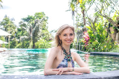 Seksowna Piękna kobieta sunbathing w pływackim basenie Luksusu model przy basenem zdjęcie royalty free