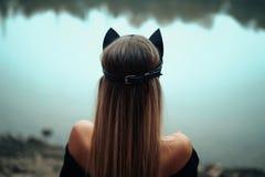 Seksowna piękna kobieta w czarnego kota masce obrazy royalty free